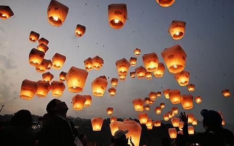 People release lanterns to celebrate the traditional Chinese Lantern Festival in Taipei...People release lanterns to celebrate the traditional Chinese Lantern Festival on the first full moon of Lunar New Year in Taipei county March 4, 2007. The lanterns are released in belief they will bring good luck and blessings. REUTERS/Richard Chung (TAIWAN)