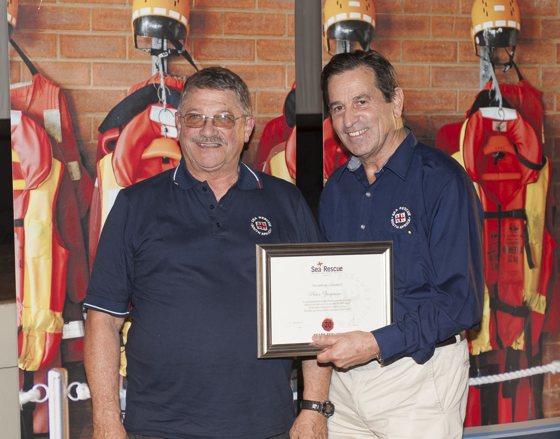 Pieter Zaaiman receives his 20 years service award from NSRI Chairman Ronnie Stein Picture Andrew Ingram / Sea Rescue