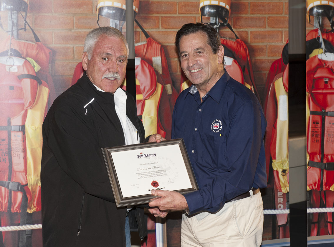 Piet Van Der Merwe receives his 20 years service award from NSRI Chairman Ronnie Stein Picture Andrew Ingram / Sea Rescue