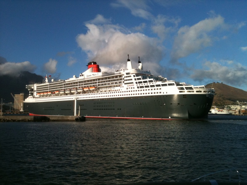 The QM2 enters the Port of Cape Town. Picture Ian Wienburg.