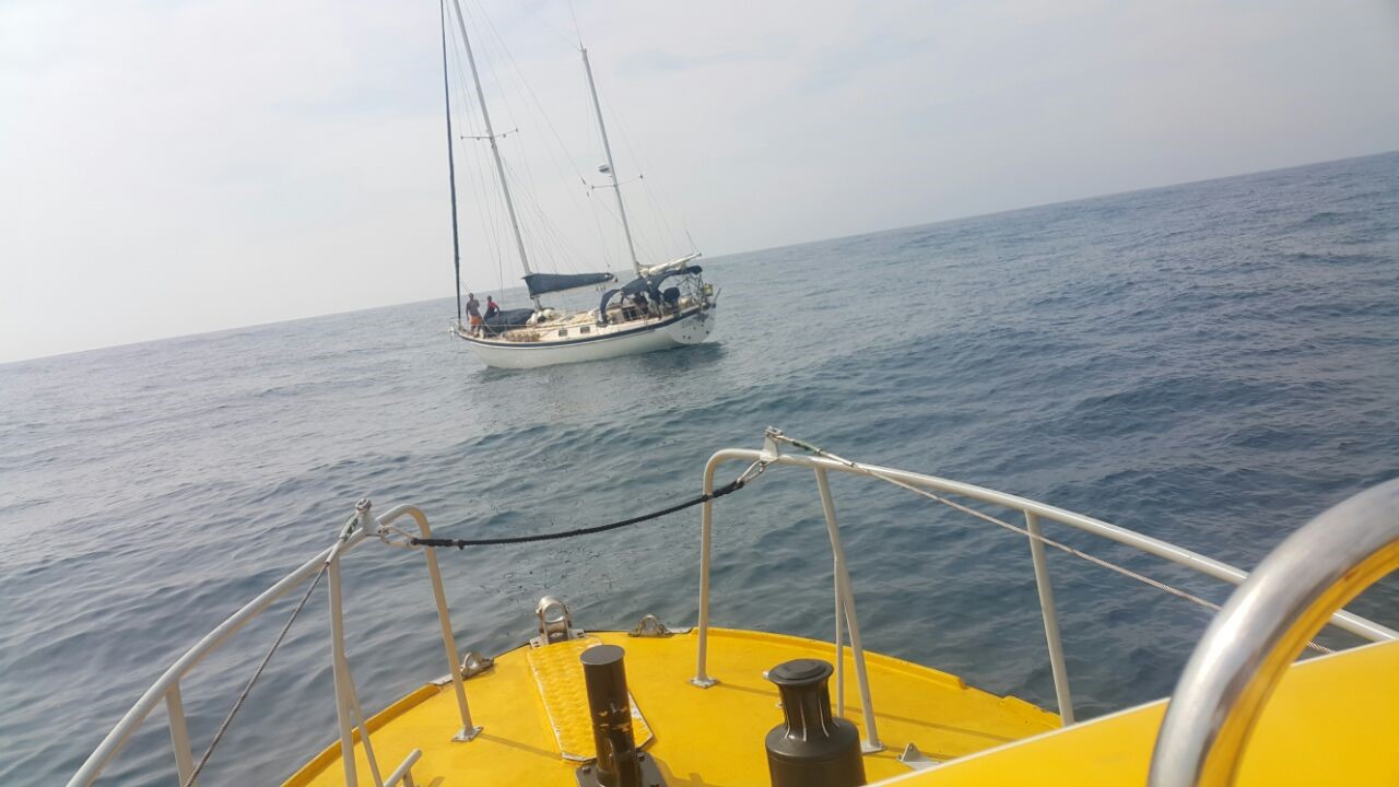 NSRI Durban - Eikos Rescuer II approaching the casualty yacht Elin.