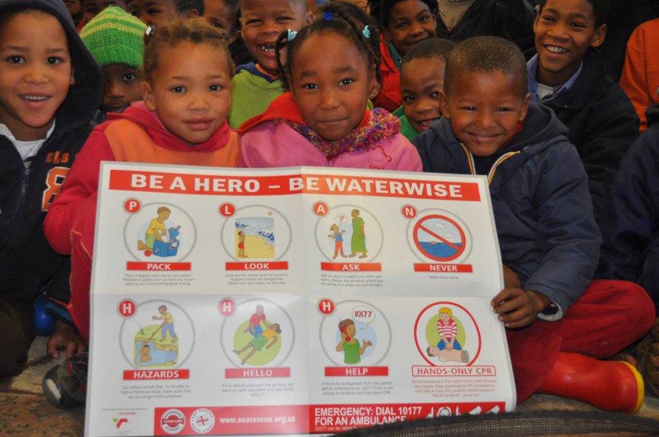 Opgewonde gesiggies oor hul pragtige plakate vir hul klaskamers.