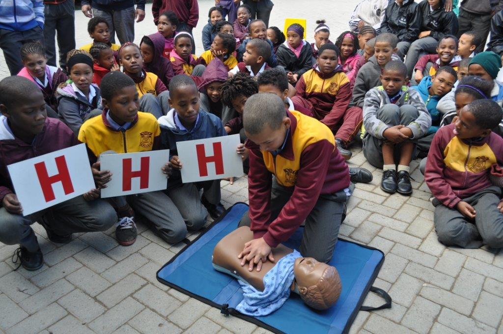 """H H H - 'n Maklike manier vir die kinders om """"hands-on CPR"""" te leer.  Leerders van Glen Heathly Pimer oefen hoe om hartkompressies korrek te doen."""