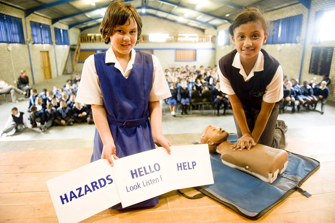 Laleesha Radelet & Sharne Brits were eager to try Hands On ONly CPR, they are from Denneoord Primary.