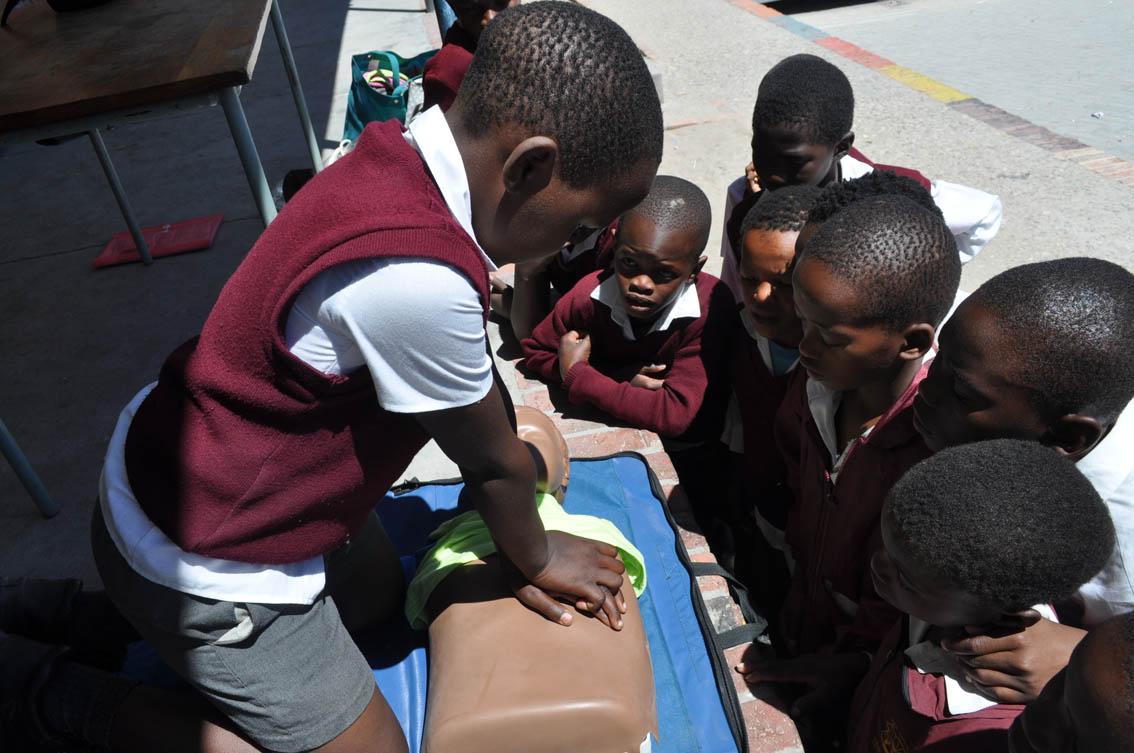aar kinders van Van Cutsem Combined School oefen CPR.