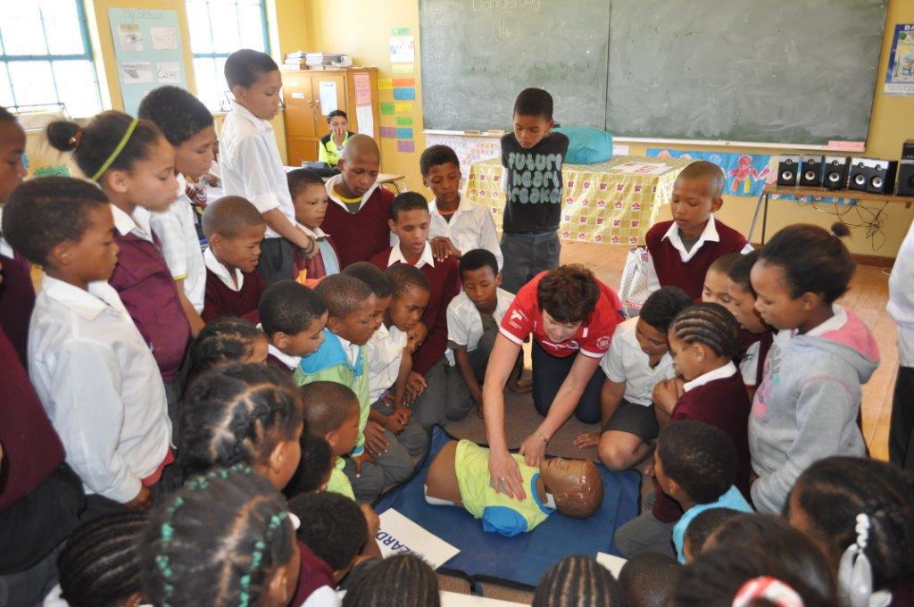 """Eoudia Erasmus demonstreer """"hands only CPR"""" aan leerders van Driefontein Primêr naby Ceres."""