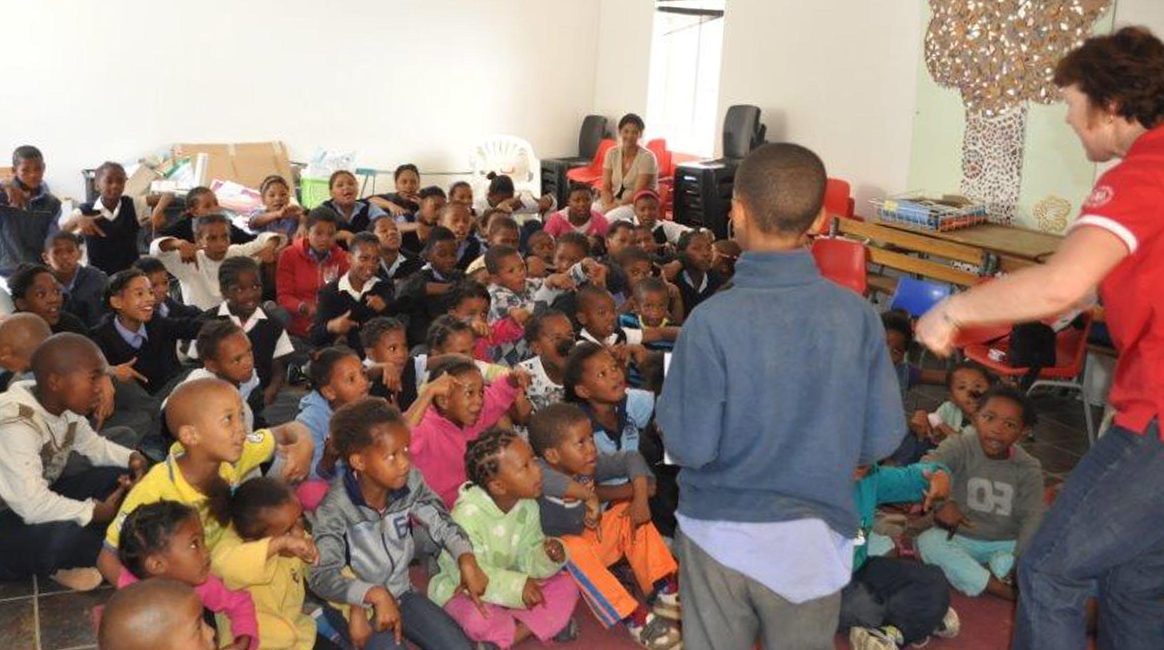 Noodnommer? - Kinders van Bet-El Primêre Skool leer 10177, aangesien die meeste van hul ouers selfone tot hul beskikking het.