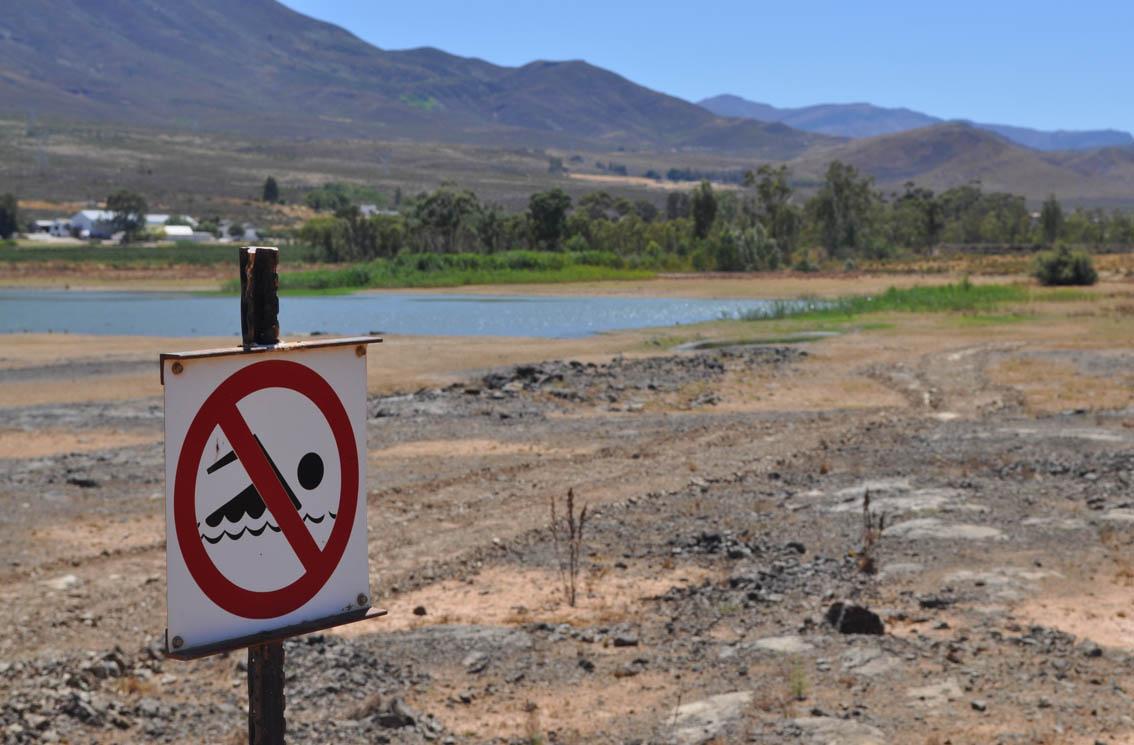 .. as ek op 'n plaas, naby 'n plaasdam gewoon het, het ek ook sekerlik in die dam geswem.    Opgewonde kinders help my om die WaterWise-sakke tot in