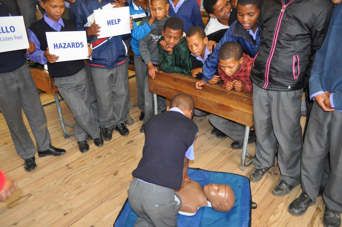 """Carlo Andreas van Piet Hugo Gedenk (NGK) Primere skool leer """"hands only CPR"""", terwyl sy maats toekyk"""