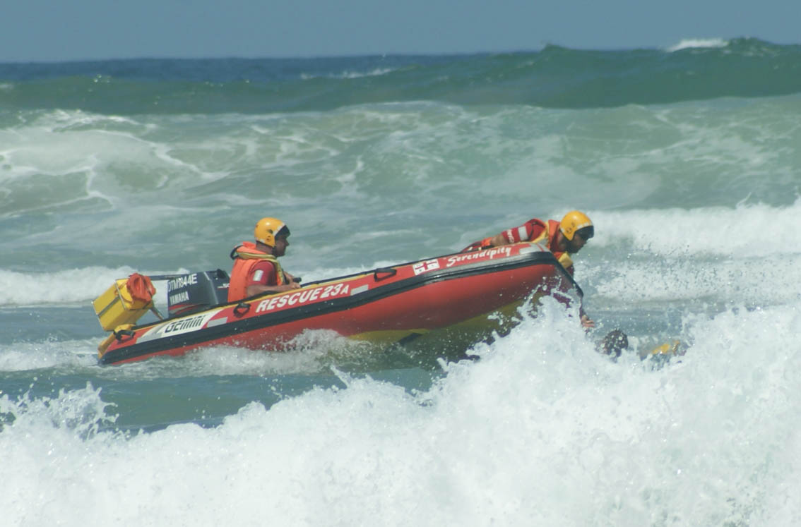 During lunch the Wilderness NSRI volunteers gave a demonstration of rescuing two people from a rip current.